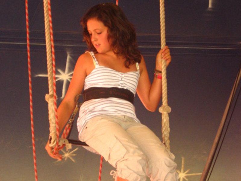 jeune fille faisant du trapèze en colonie de vacances cirque