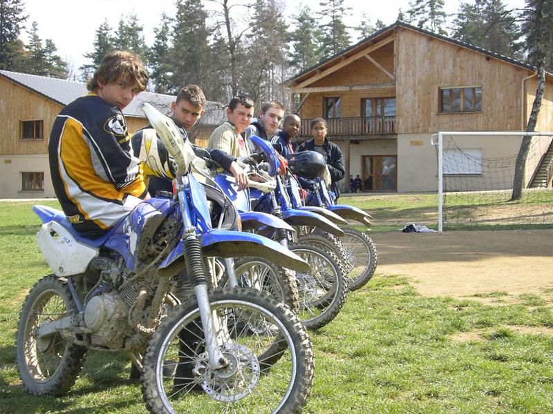 groupe d'ados faisant de la moto en colonie de vacances sports mécaniques
