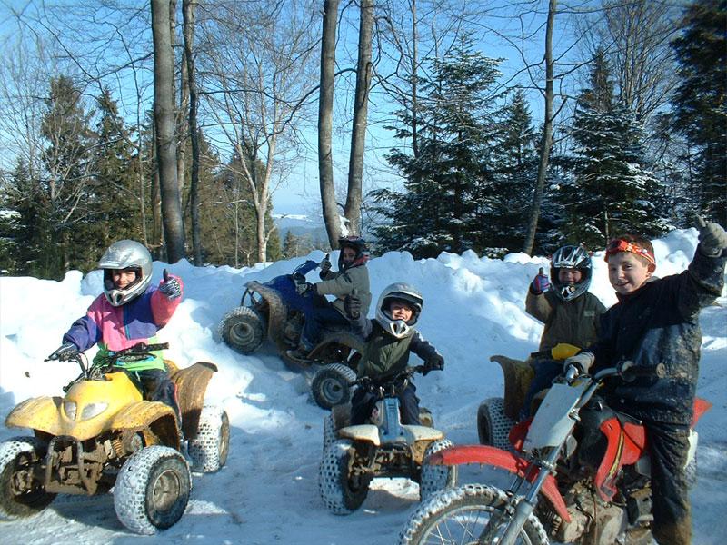 Enfants faisant de la moto et du quad en colo sports mécaniques cet été
