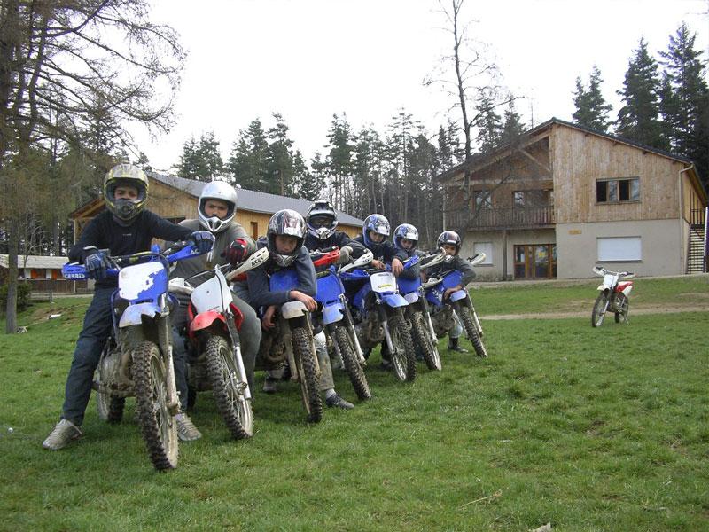 groupe d'enfants et ados à moto en colonie de vacances d'été