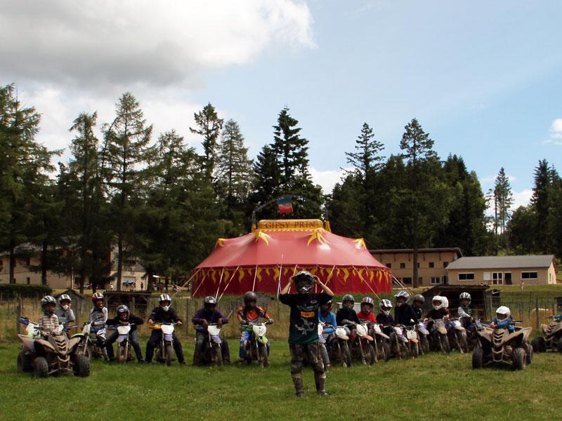 groupe d'enfants et ados sur des quads en colonie de vacances cet été