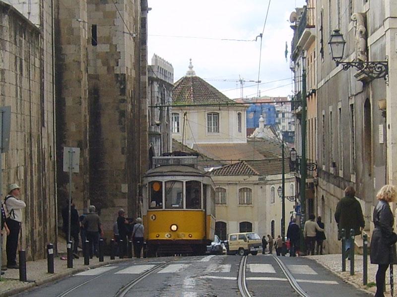 rues de Porto avec le funiculaire au Portugal