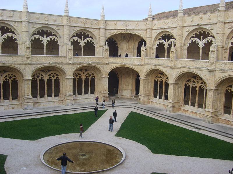 Vue sur la cour intérieure du monastère des Hiéronymites à Lisbonne