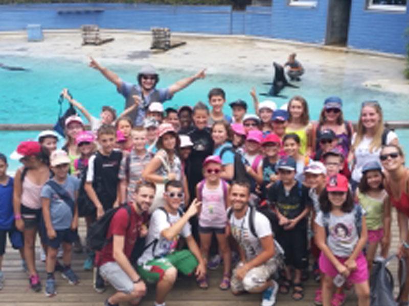 Groupe d'enfants au zoo de la flèche en colonie de vacances au printemps