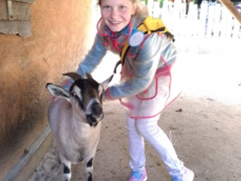 Jeune fille avec les animaux du Zoo de la flèche