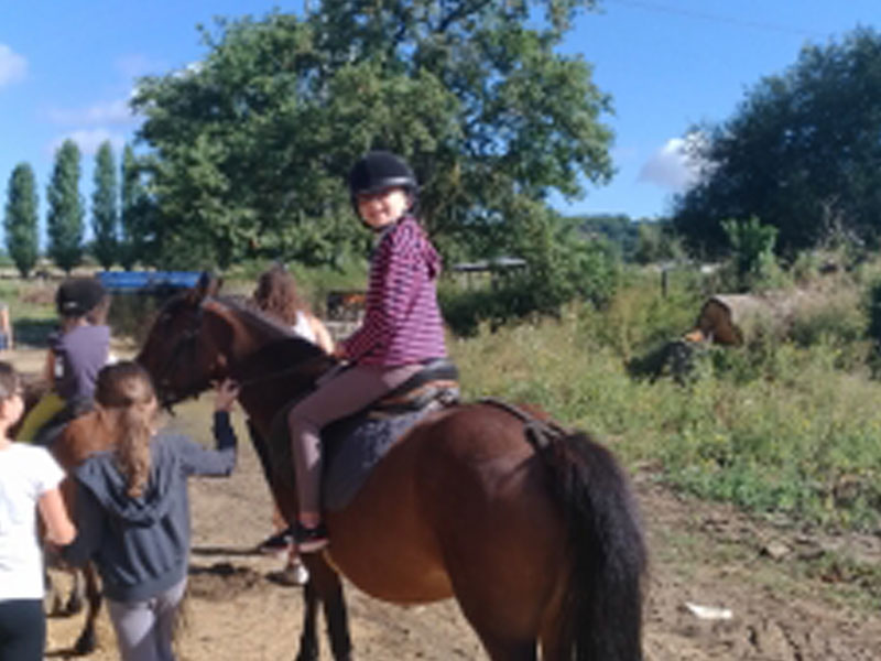 Ado à cheval en colonie de vacances au printemps