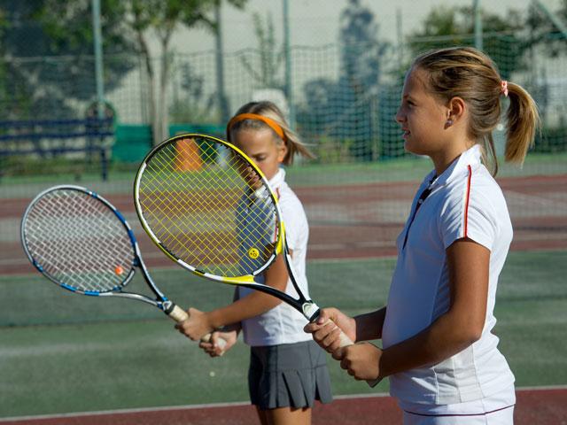 Jeunes filles jouant au tennis en stage sportif