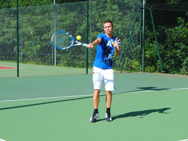 Adolescent en colonie de vacances de tennis