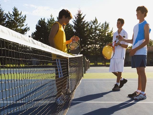 Ados jouant au tennis en stage sportif