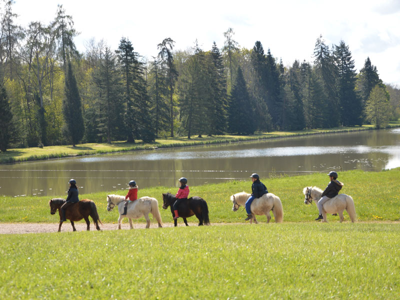 enfants en balade à poney en colonie de vacances de printemps