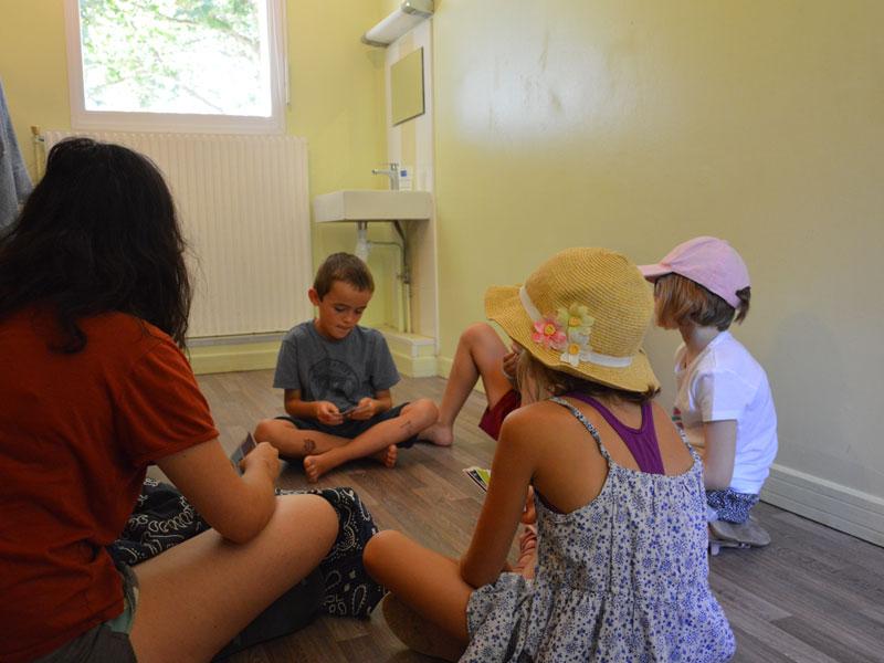 groupe d'enfant faisant des jeux en colonie de vacances