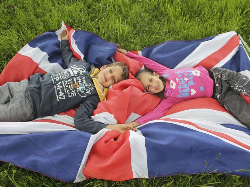 deux enfants sur un drapeau anglais en colonie de vacances pour apprendre l'anglais en France