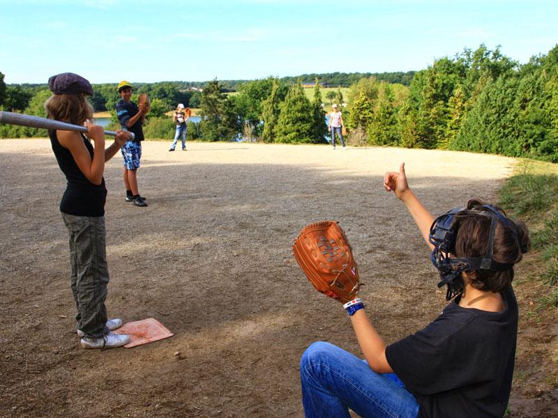 Enfants jouant au baseball  en colonie de vacances pour apprendre l'anglais en France
