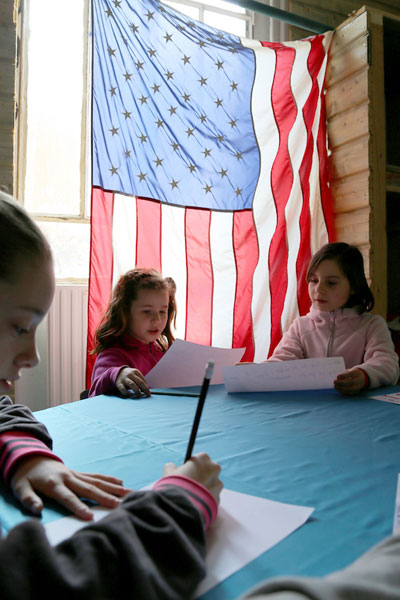 Enfants autour d'une table de classe en colonie de vacances pour apprendre l'anglais en France