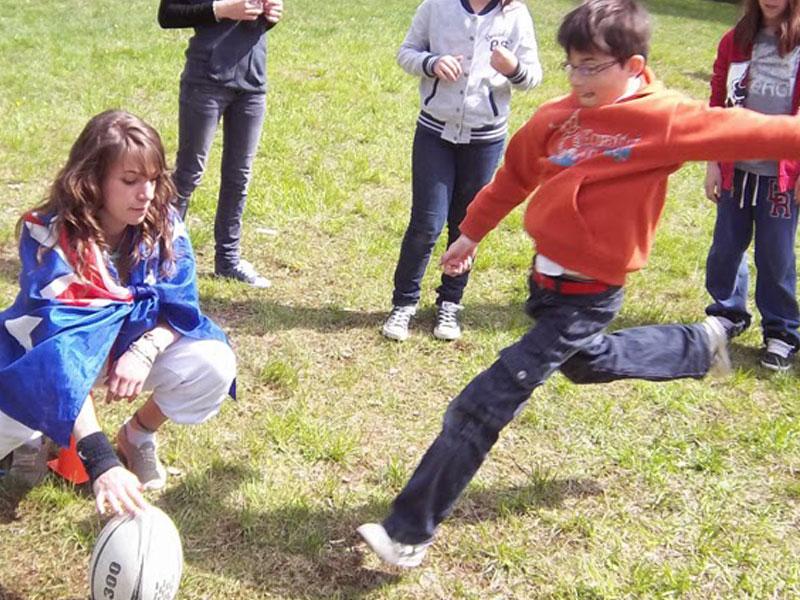 Enfants jouant au football en colonie de vacances pour apprendre l'anglais en France