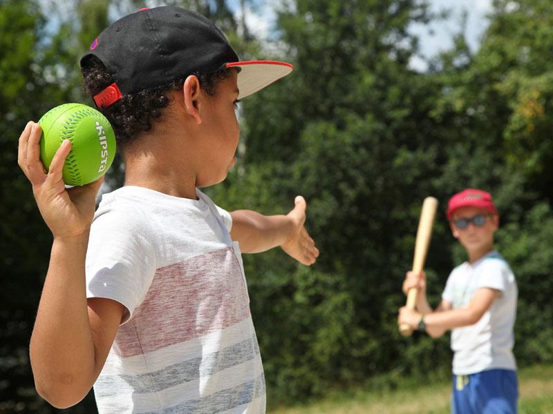 Enfants s'entrainant au baseball en colonie de vacances pour apprendre l'anglais en France