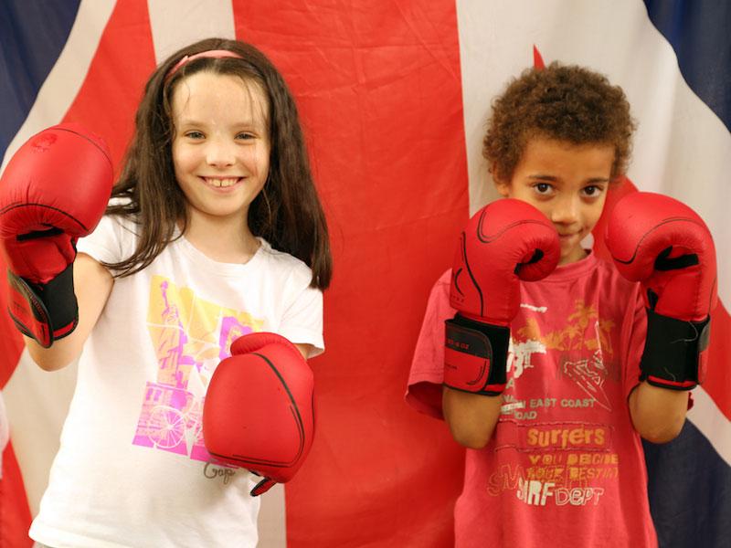 Portrait de deux enfants apprenant la boxe en colonie de vacances pour apprendre l'anglais en France