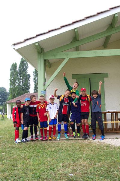 groupe d'enfants devant un centre en colonie de vacances multisports au printemps