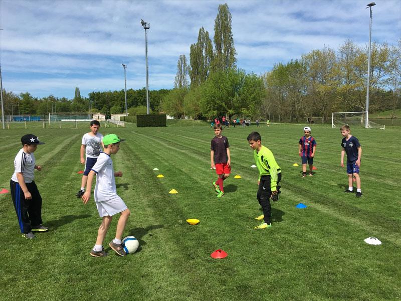 Enfants en plein entrainement de sports en colonie de vacances multisports au printemps