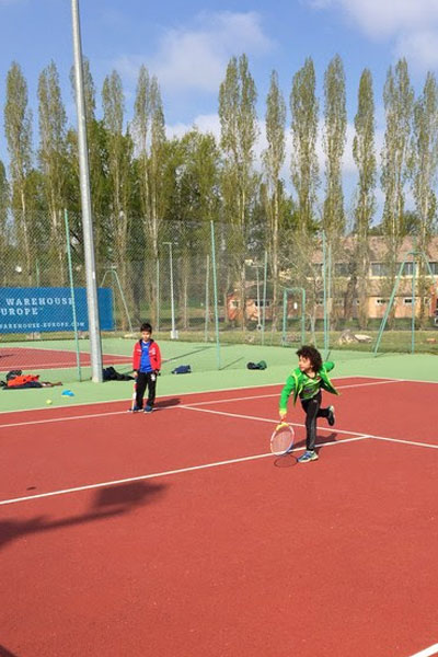 Enfants s'entrainant a la pratique sportive en colonie de vacances multisports au printemps