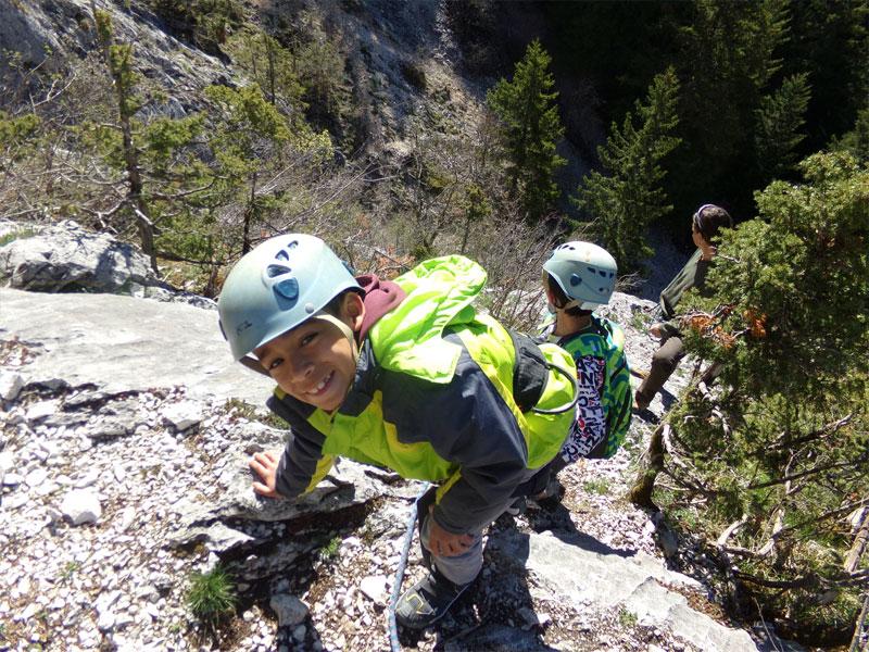 Enfant faisant de l'escalade en colonie de vacances