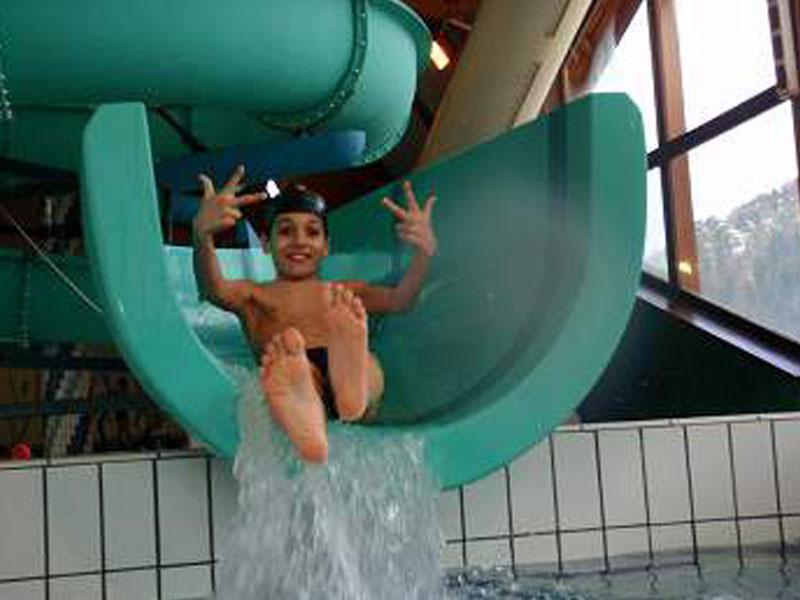 Enfant en parc aquatique en colonie de vacance ce printemps