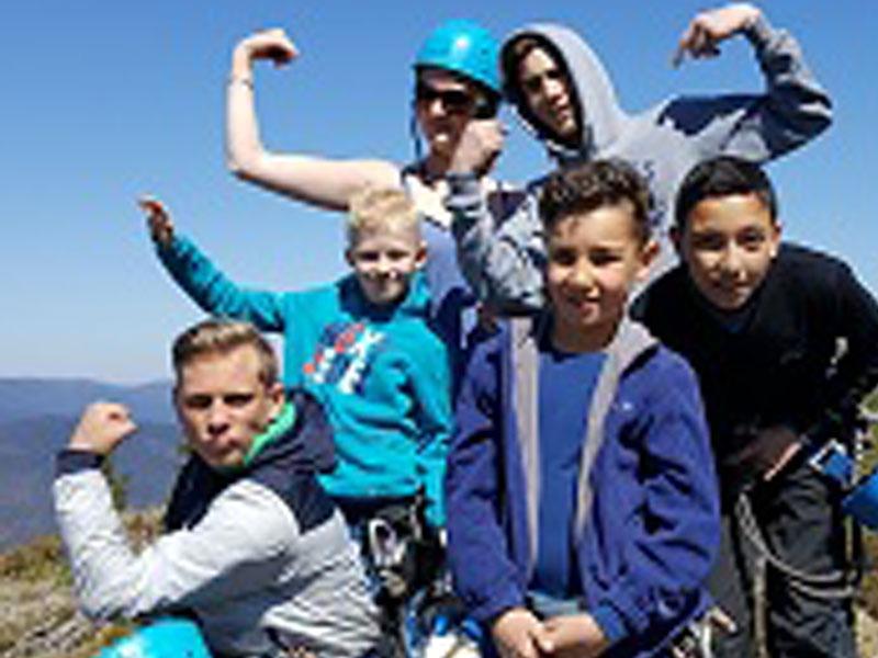 Groupe d'enfants à la montagne en colo
