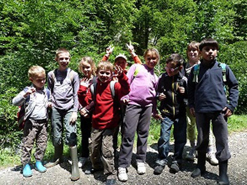 Groupe d'enfants avec un baudrier d'accrobranche en colonie de vacances