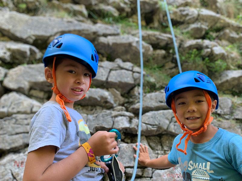 Deux garçons faisant de l'escalade en colo ce printemps