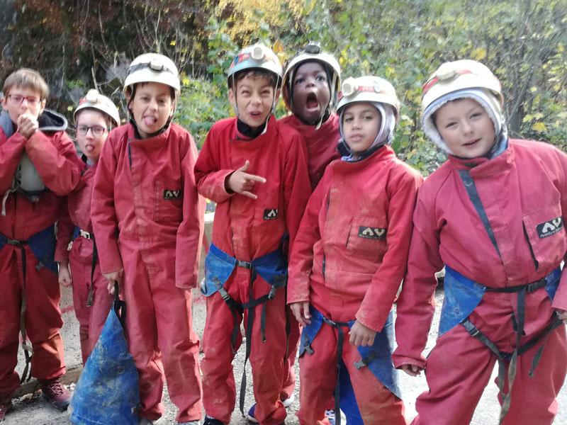 Groupe d'enfants en tenue de spéléologues en colonie de vacances ce printemps