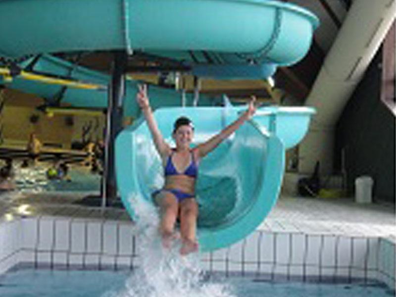 Jeune fille faisant du toboggan aquatique en colo ce printemps