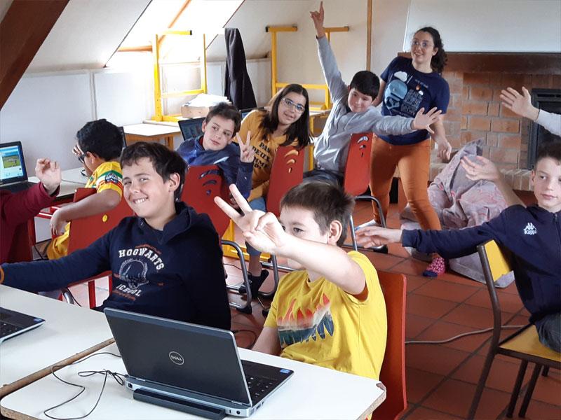 groupe d'enfants sur un centre de colos informatique ce printemps