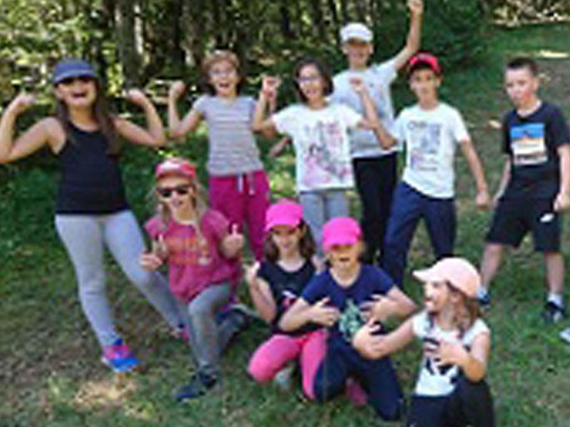 groupe d'enfants au printemps en colonie de vacances à paques