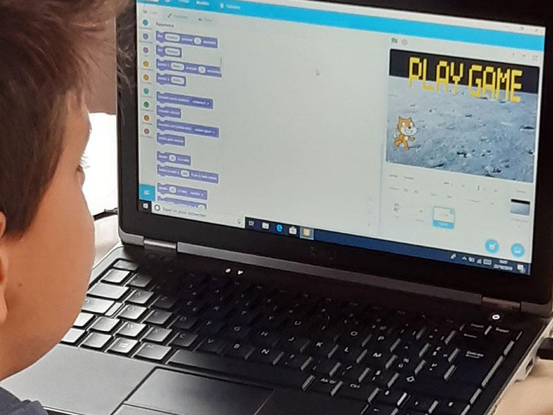 Enfant apprenant à créer un jeu vidéo en colo ce printemps