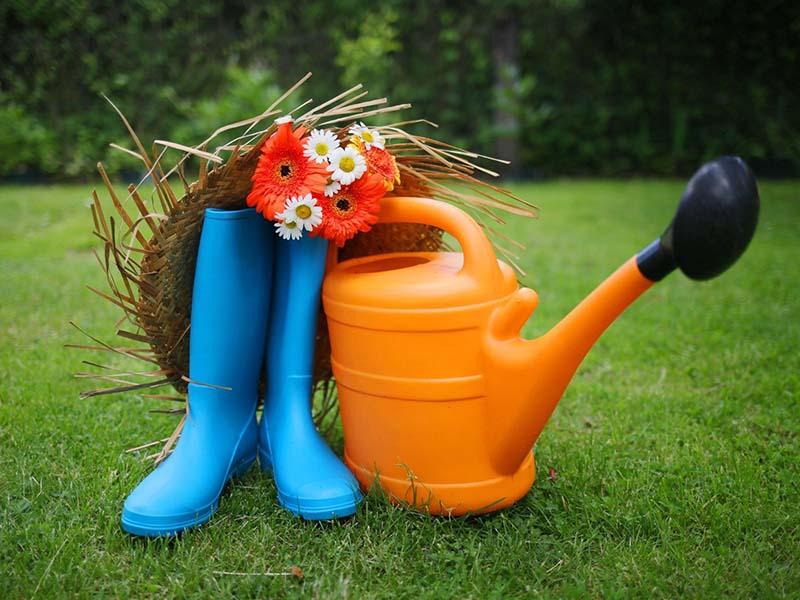 bottes et arrosoir en colonie de vacances jardinage et cuisine