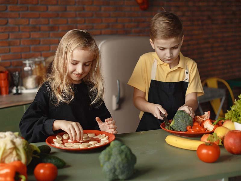 enfants faisant la cuisine en colonie de vacances printemps