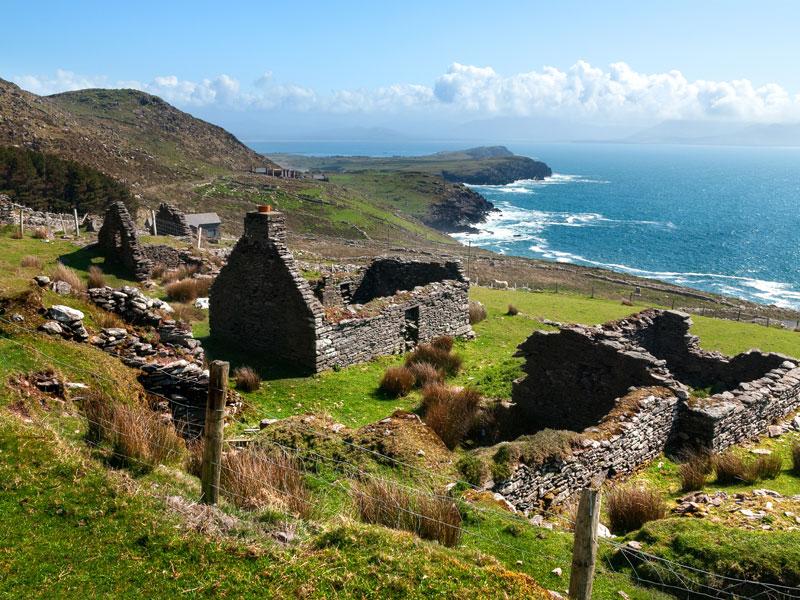 vue sur des ruines en Irlande en colonie de vacances au printemps