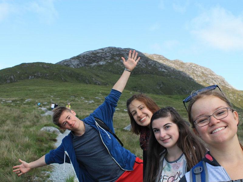 quatre ados en randonnée en Irlande en colo