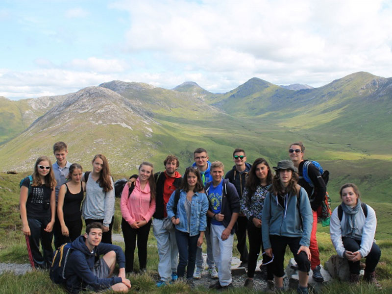 Groupe d'adolescents en colonie de vacances en Irlande