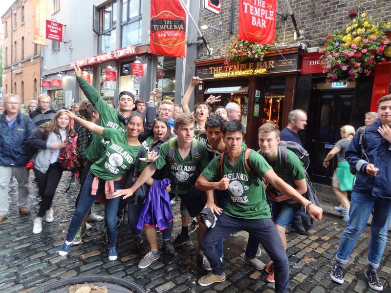 groupe d'ados dans les rues de Dublin en Irlande