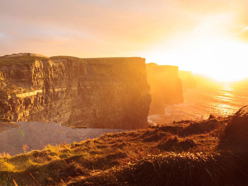 Falaises d'irlande sous le coucher de soleil au printemps