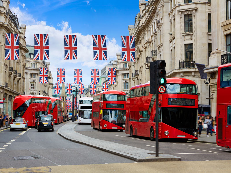 bus rouges typiquement anglais dans les rues de Londres