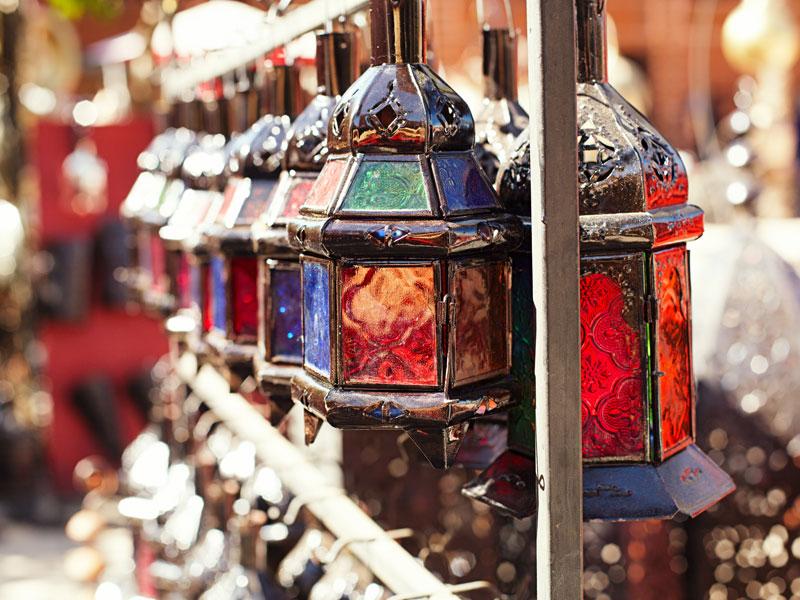 Lanternes du Maroc vues sur un souk en colonie de vacances itinérante au Maroc