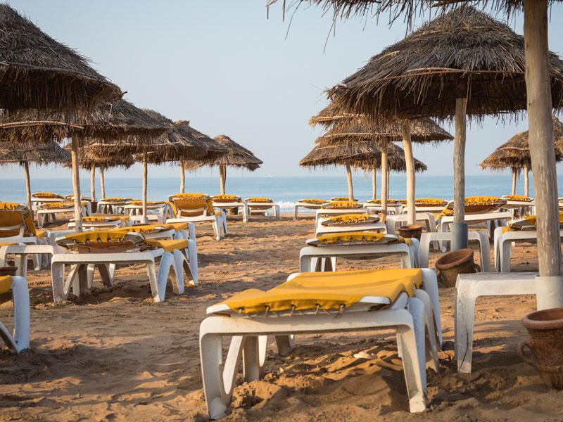 Plage avec parasols et transats au Maroc en colonie de vacances au printemps