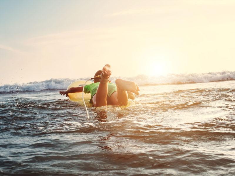 Adolescent faisant du surf au Maroc en colo