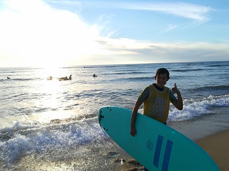 Adolescent faisant du surf en colo au Maroc ce printemps