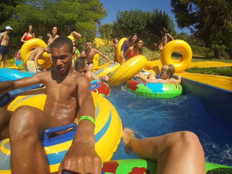 Ados jouant aux jeux d'eau en colonie de vacances au Maroc à Oasiria
