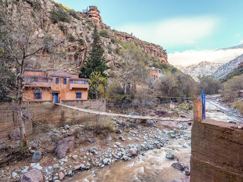 Pont suspendu entre deux maisons au Maroc en colonie de vacances ce printemps