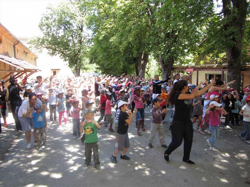 Enfants faisant la danse de la colonie de vacances durant les vacances de printemps