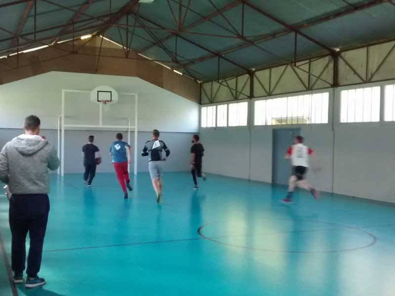 Adolescents jouant au basketball en colonie de vacances au printemps